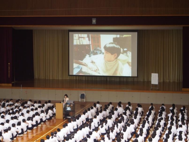"""人権教育講演会を実施 「命の大切さ」をテーマに「人を""""想う""""」ことを学ぶ"""