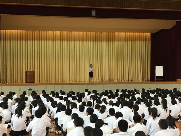 作家佐藤律子氏による人権教育講演会 「命の大切さ」をテーマにした講演会を実施