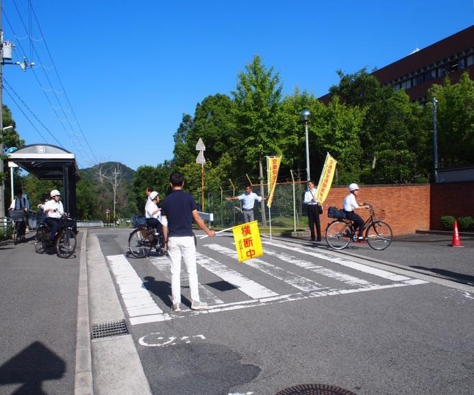 「安全な通学と自転車の整備点検」を実施 安全な通学のため、自転車組合による点検と保護者の見守りを実施
