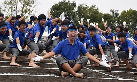 生徒約1,000人が参加、福山地区最大規模の体育祭を開催 伝統の応援合戦と名物の巨大看板を今年も実施!