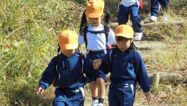 幼稚園児129人が、紅葉の中「生駒登山」に挑戦! 秋を感じながら忍耐力を養い、達成感を味わう