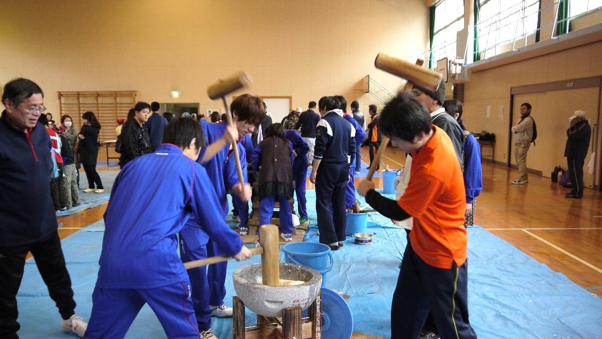 菰田小学校のもちつき大会に学生サポーターがボランティア参加 学生の力で地域小学校の活動を支える