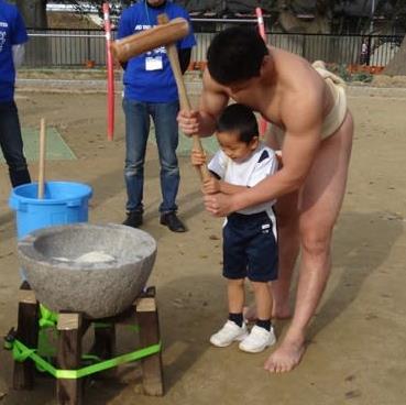 「もちつき大会」で、まわし姿の相撲部学生と幼稚園児が交流 日本の伝統「餅つき」の由来や正月についての理解を深める<br />