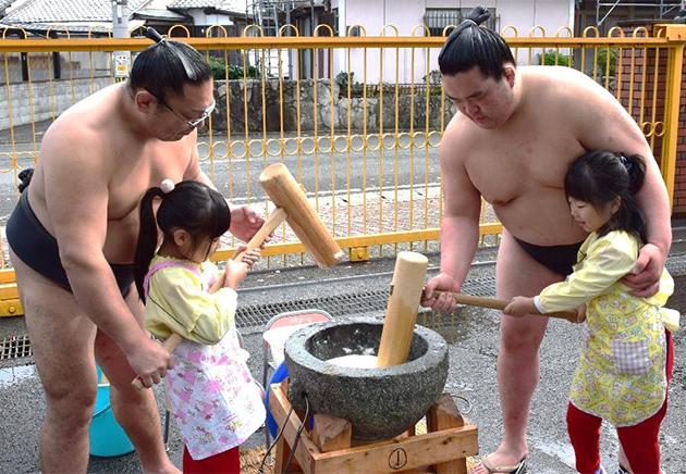 園児とお相撲さんが「もちつき大会」開催 日本の伝統行事や食への興味・関心を高める