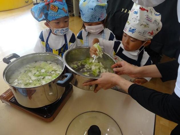 園児が収穫した野菜で「キッズクッキング」 近畿大学農学部食品栄養学科との連携で「食育教育」の集大成