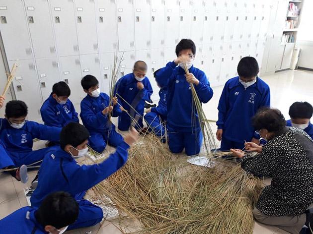 中学生が正月用のしめ飾り作りに挑戦 自分たちで育てた稲を使い、地域の敬老会から作り方を学ぶ