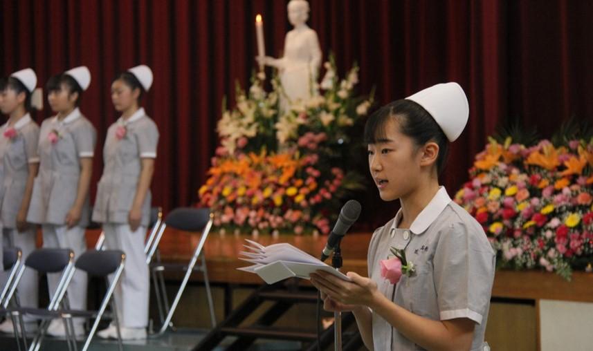 看護師への第一歩「戴帽式」を開催 コロナ禍のなかで医療従事者になる責任を胸に誓いを行う