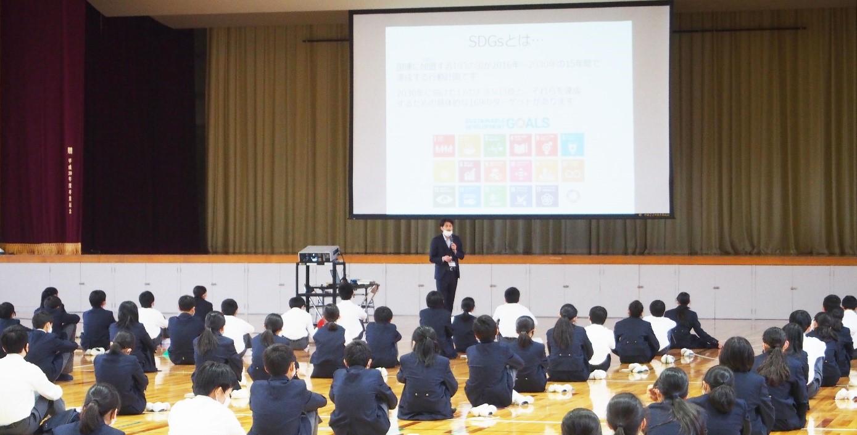 中学1年生がSDGsについて学ぶ総合学習「ふるさとチャレンジ」 環境活動家 谷口たかひさ氏による講演会を開催