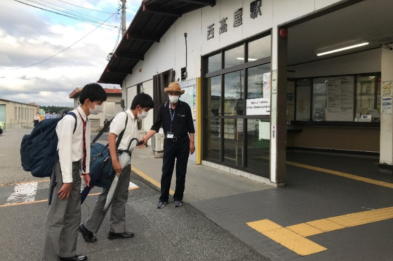 開校当初から本校最寄り駅前で校外通学路指導を行う 大田 澄男さんにJR西日本から感謝状を贈呈